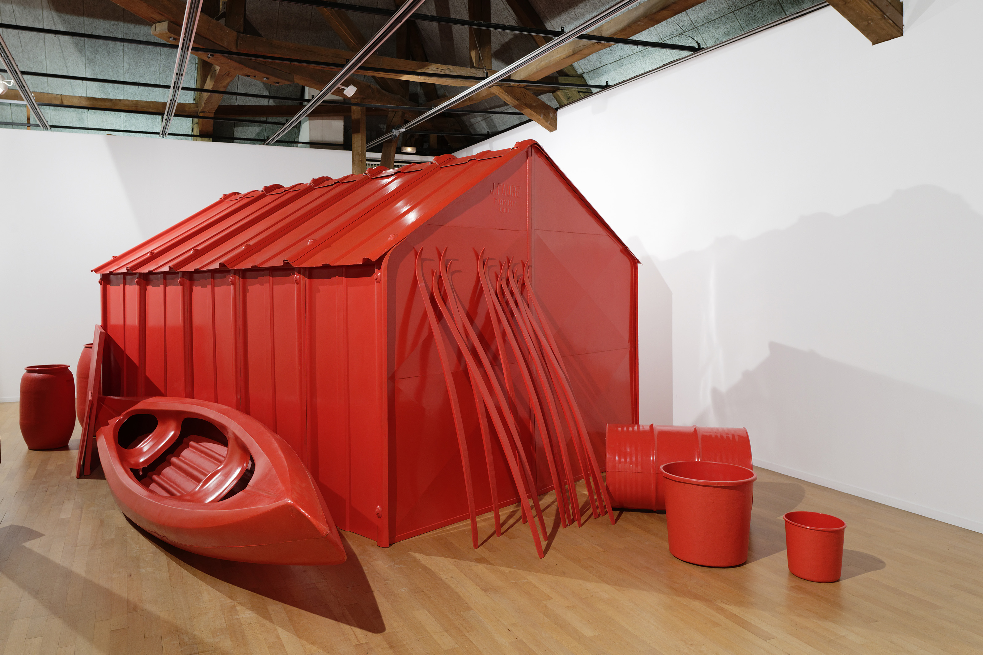 © Etienne Bossut Ma cabane, 1996-1997, moulage en polyester rouge coquelicot