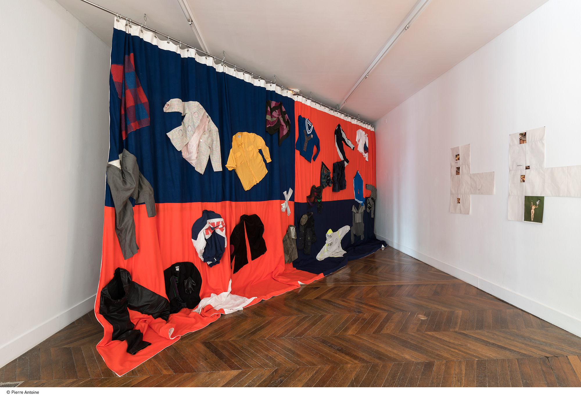 Liv Schulman  Que faire ?, 2017 Textiles  4 x 7,60 m Courtesy de l'artiste  Production La Galerie, centre d'art contemporain de Noisy-le-Sec Photo Pierre Antoine