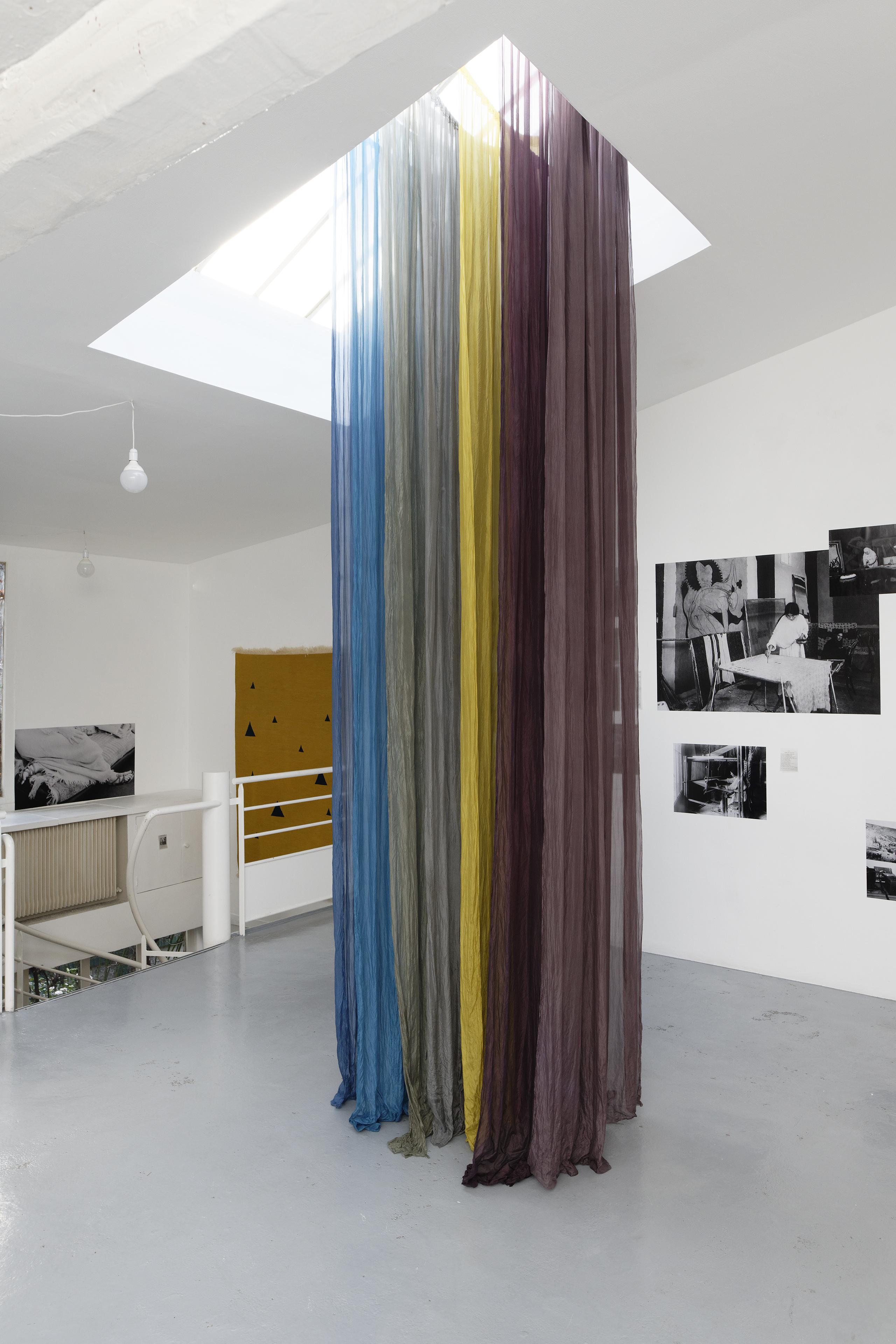 Vue de l'exposition« Akademia : Performing Life », Villa Vassilieff, Paris, 2018. Barbara Gaile, La Verticale, 2017 et des pho­to­gra­phies pro­ve­nant de la Duncan Collection. Courtesy : Barbara Gaile and Duncan Collection. Image : Aurélien Mole